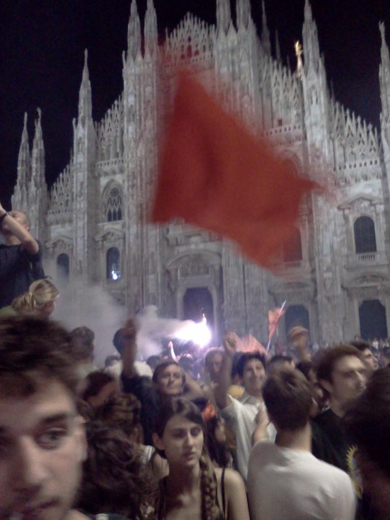 Bandiera rossa in piazza Duomo!